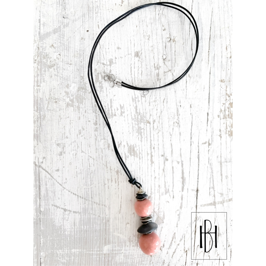 Rózsaszín gömb- gyöngyös hosszú nyaklánc bőrszálon